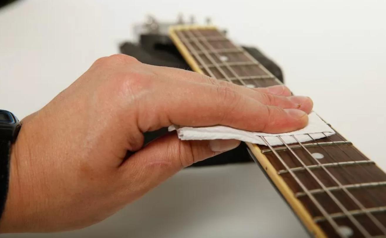 membersihkan fretboard gitar